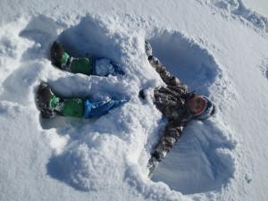 Kinder im Winter auf dem Pausenhof